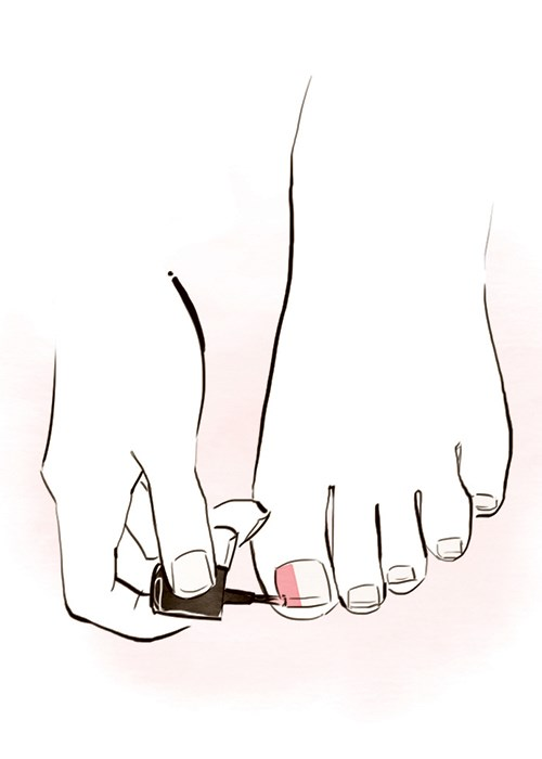 Paint toenails