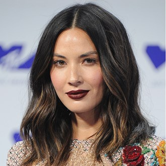 /media/22235/olivia-munn-burgundy-lipstick-how-to-mtv-vma-2017-s.jpg