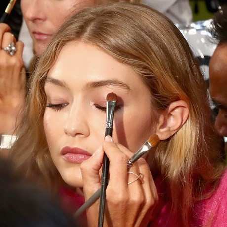 How To Apply Your Eyeshadow According To Your Eye Shape - Gigi Hadid