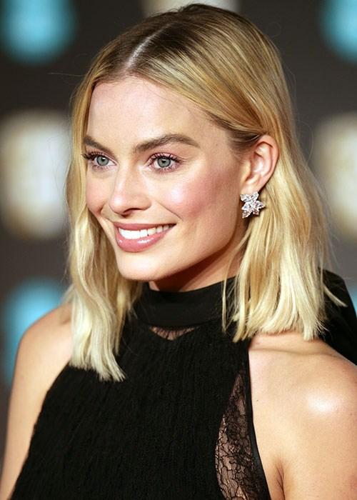 How To Get Margot Robbie's BAFTAs Beauty Look  BEAUTY\/crew
