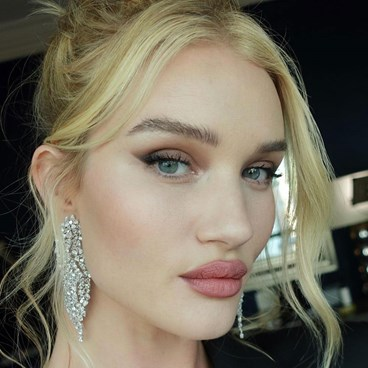 Rosie Huntington Whiteley - how you should be applying foundation