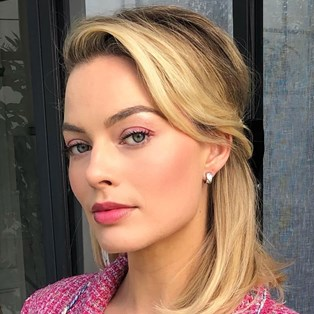 Margot Robbie pink makeup trend
