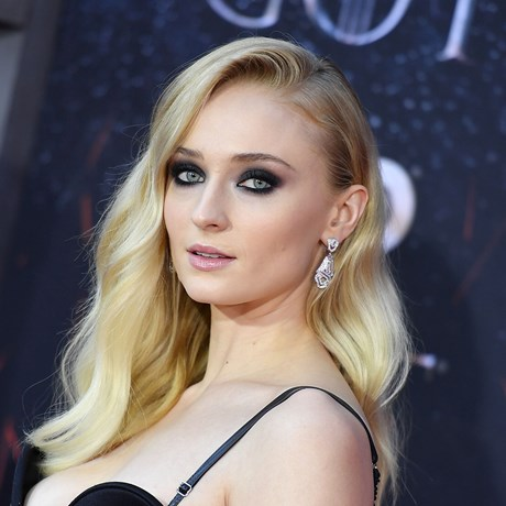Your Definitive Guide To Sophie Turner's Best Beauty Looks Throughout The Years