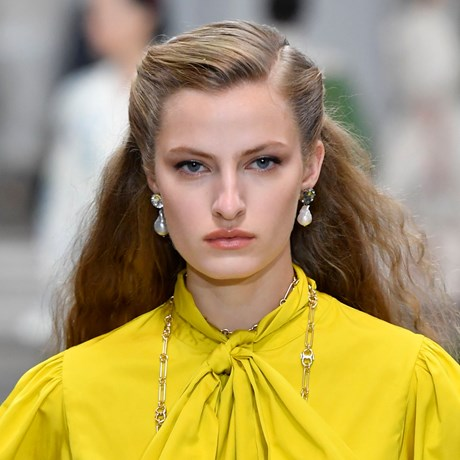 Tory Burch's NYFW Show Just Revived A Classic '80s Hair Accessory